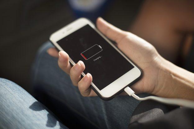 La UE quiere un cargador universal para móviles, incluso iPhone