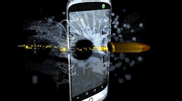 Joven muere electrocutado mientras carga el smartphone: la importancia de un SAT oficial
